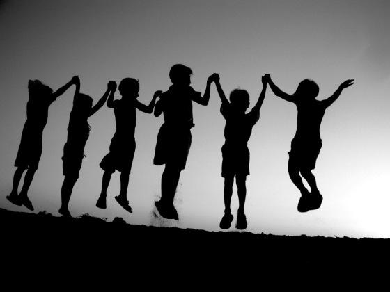 bambini che saltano-BN