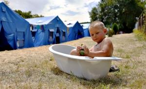 Piccolo rifugiato ucraino fa il bagno
